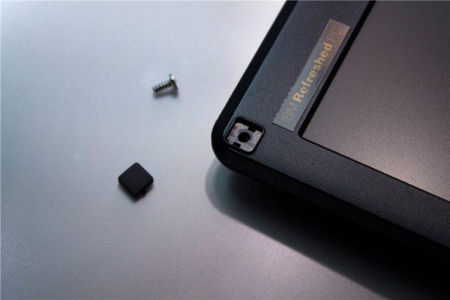 富士通 ノートPC LIFEBOOK A561/C の液晶周りのネジ穴カバーとネジ。これを六ヶ所外します。