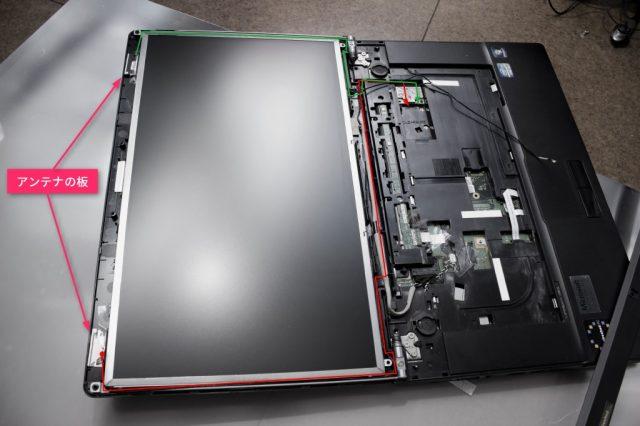 富士通 ノートPC LIFEBOOK A561/C に無線LANのアンテナ線を取り付け中の図。※これはキーボード外しちゃってますけれども、そのままでも作業できます。線類は切らないように要注意。